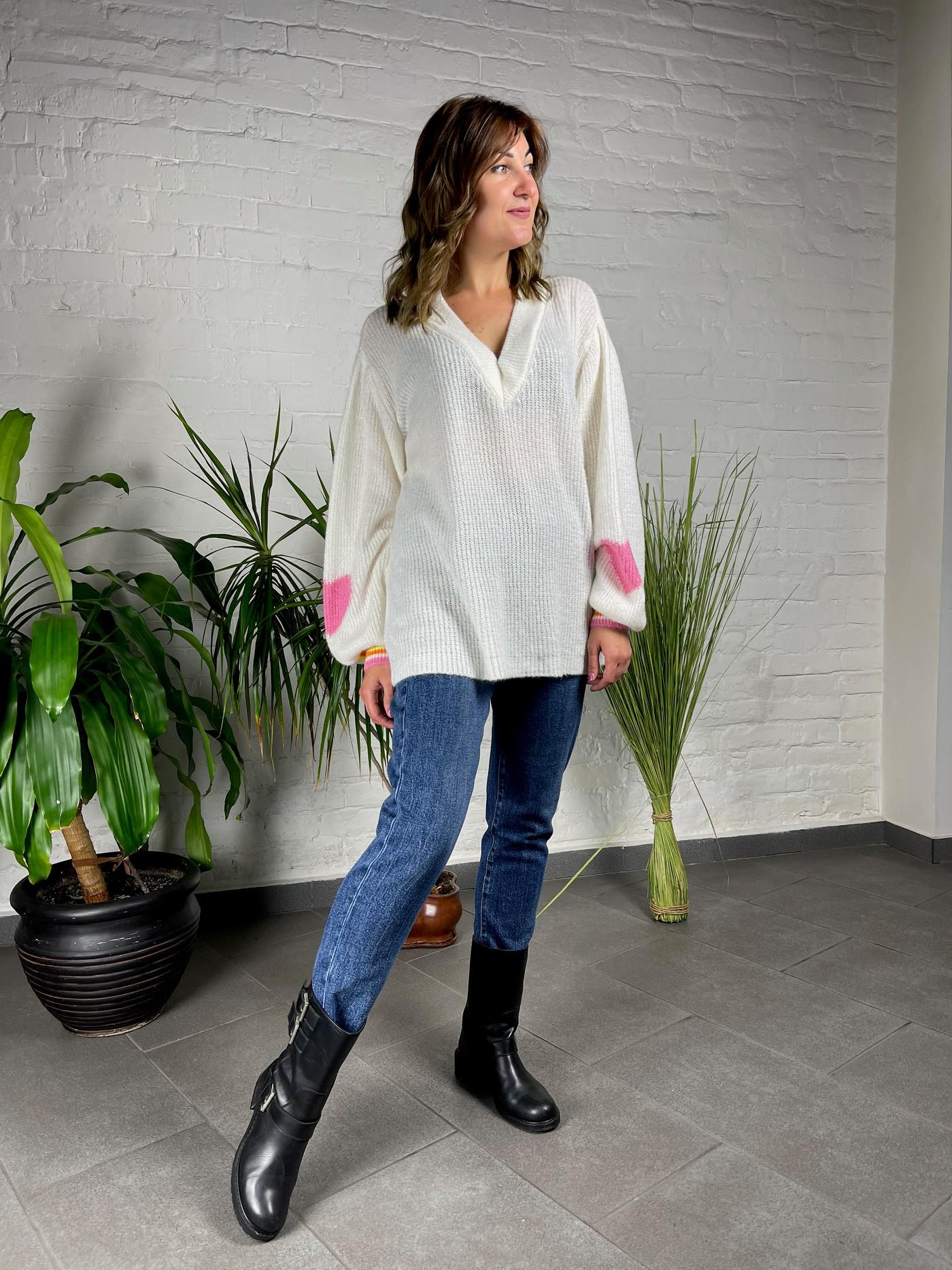 Белый свитер от итальянского бренда Joleen.